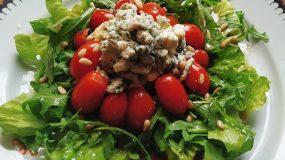 Δροσερή πράσινη σαλάτα με ροκφόρ, ντοματίνια και σάλτσα μελιού