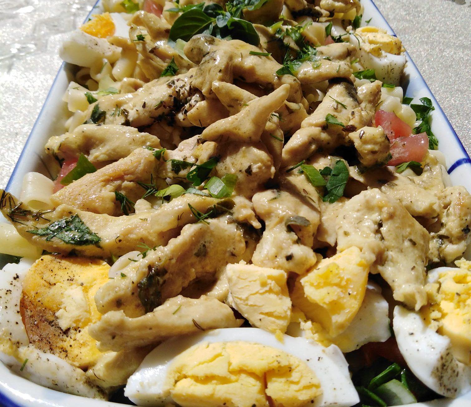Μακαρονοσαλάτα με κοφτό μακαρονάκι κοτόπουλο και αυγά