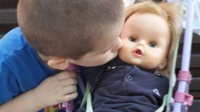 Και τα αγoρια μπορούν να παίζουν με τις κούκλες! Η απάντηση ενός 6χρονου