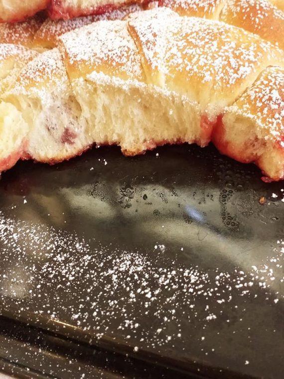 Croissant Fluffy Cake: Το κέικ από κρουασάν που θα σας ξετρελάνει!