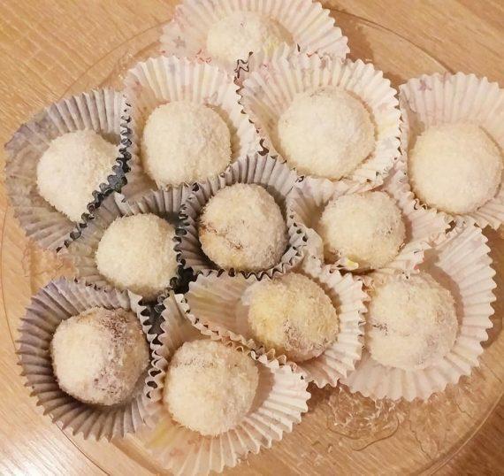 Εύκολα τρουφάκια καρύδας γεμιστά με πραλίνα και λίγα υλικά!