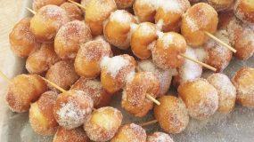 Αφράτα donuts σε σουβλάκι! Ιδανικά για το παιδικό πάρτι!