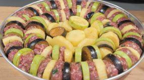 Μπιφτέκια με μελιτζάνες & πατάτες στο ταψί με κόκκινη σάλτσα