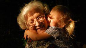 Μην πιέζετε τα παιδιά να δείξουν την αγάπη τους-Αφήστε τα να τους βγει αβίαστα