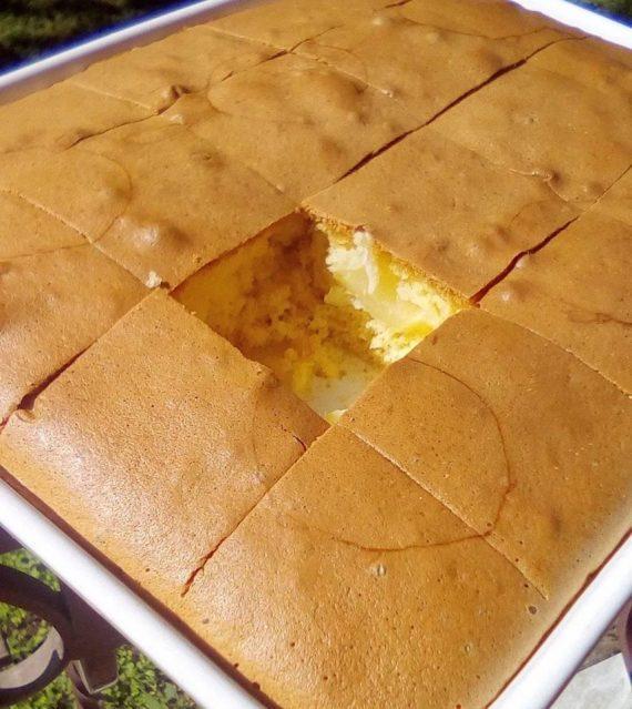 Κέικ αφρός, γεμιστό με κομμάτια ανανά χωρίς βούτυρο