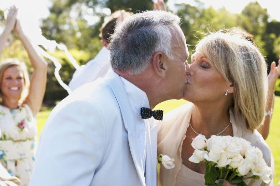 Η μητέρα μου είναι χήρα και αποφάσισε να ξαναπαντρευτεί στα 69 της χρόνια! Ντρέπομαι πολύ γι' αυτό!
