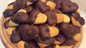 Μπισκότα αμυγδάλου με κουβερτούρα σε σχήμα καρδιά!