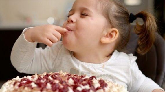 Πως μπορούμε να ελαττώσουμε τα γλυκά από την διατροφή των παιδιών μας; Παιδίατρος συμβουλεύει