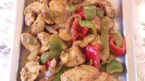 Συνταγή για ζουμερή τηγανιά κοτόπουλου με πιπεριές