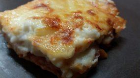 Συνταγή για ογκρατέν ζυμαρικών με λουκάνικο & μπεσαμέλ