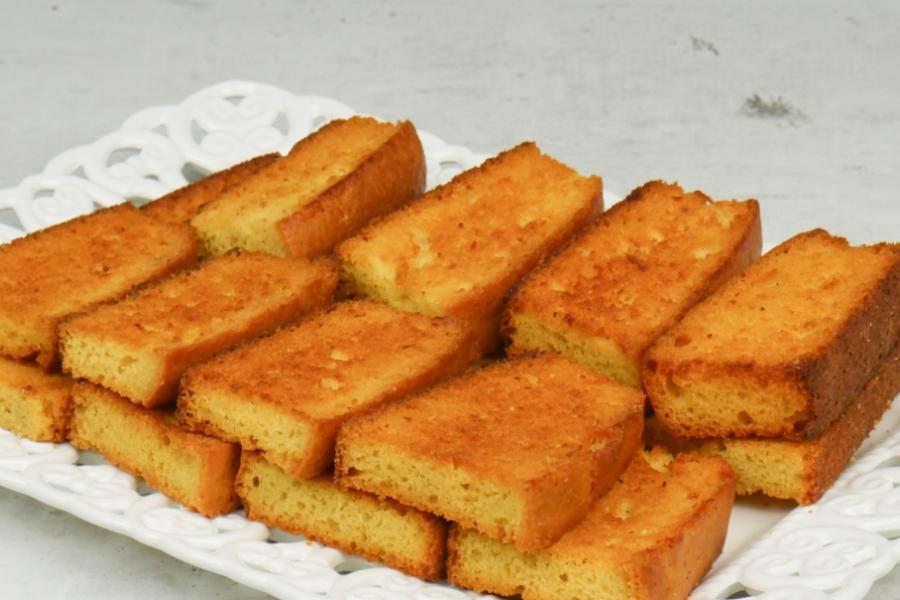 Τραγανό απέξω και αφράτο από μέσα: φρυγανισμένο κέικ με μόνο 5 υλικά!