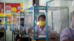 Κορονοϊός: Πλαστικά κουβούκλια & μάσκες στις τάξεις-Πόσο ακόμη θα υποφέρουν τα παιδιά;