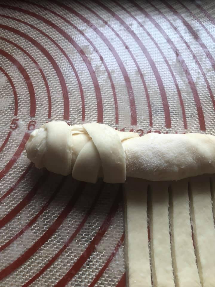 Στριφτή τυρόπιτα με βουτυρένια ζύμη ιδανική για αρχάριες!