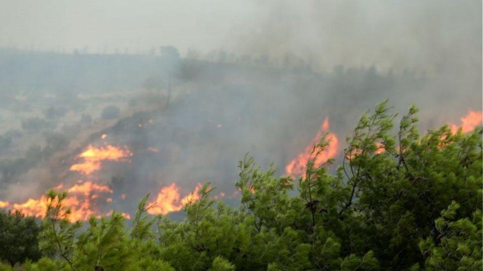 Ανεξέλεγκτη η φωτιά στην Ικαρία- Εκκένωση οικισμών