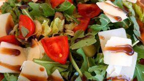 Σαλάτα με ρόκα και ντοματίνια μέσα σε ψητή τορτίγια- Ιδανική για μπουφέ