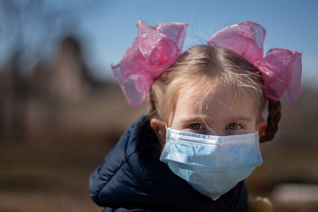 Μάσκα στο παιδί: Τι πρέπει να προσέξουν οι γονείς για την αποφυγή σοβαρών κινδύνων- Παιδίατρος συμβουλεύει