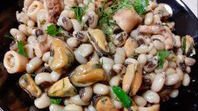 Σαλάτα με μαυρομάτικα φασόλια και θαλασσινά