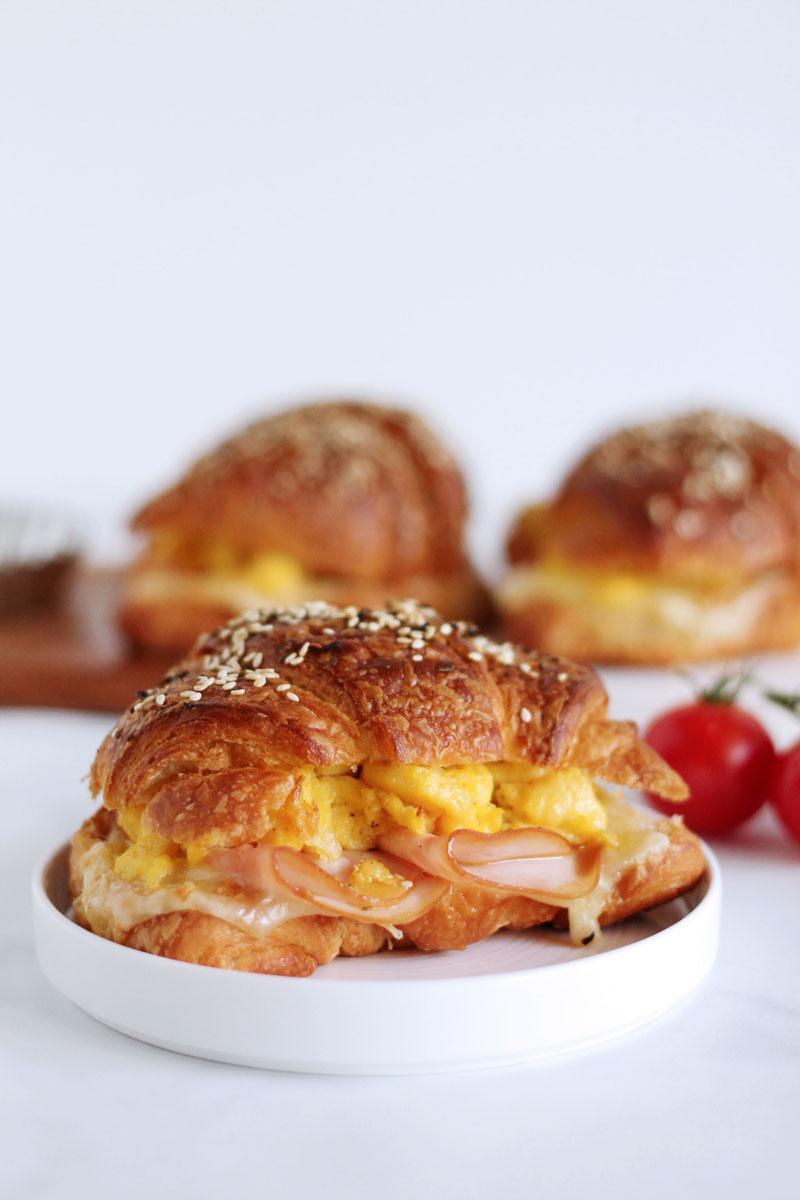 Αλμυρό κρουασάν με γαλοπούλα, τυρί & αυγά σκραμπλ! Θα ξετρελαθείτε!
