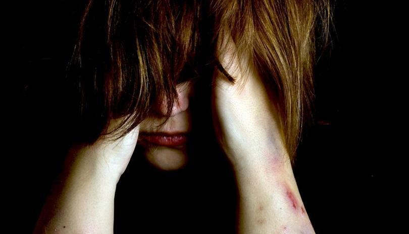 Φρίκη: Γονείς και θείοι ξυλοκόπησαν άγρια και κούρεψαν έφηβη επειδή είχε σχέση με αλλοδαπό