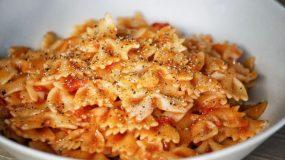 Νόστιμα φιογκάκια με σάλτσα ντομάτας και φρεσκοτριμμένο πιπέρι! Ένα φαγητό για τις πολυάσχολες μαμάδες!