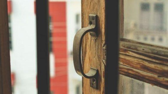Πώς θα καθαρίσεις τις ξύλινες πόρτες. Το πιο συχνό λάθος
