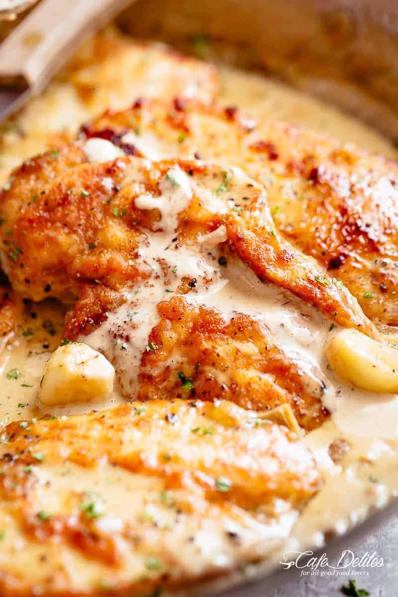 Κοτόπουλο πανέ  σε λαχταριστή σάλτσα σκόρδου- παρμεζάνας