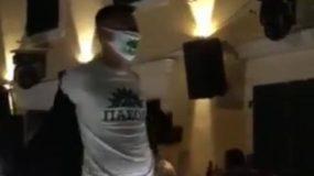 Μπαρ κλείνει τα ρολά με τον ύμνο του ΠΑΣΟΚ -Δείτε το ξεκαρδιστικό βίντεο