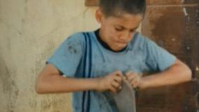 """Μόνο τα παιδιά γνωρίζουν την πραγματική αξία του """"μοιράζομαι"""" : Δείτε το συγκινητικό βίντεο που έγινε viral!"""