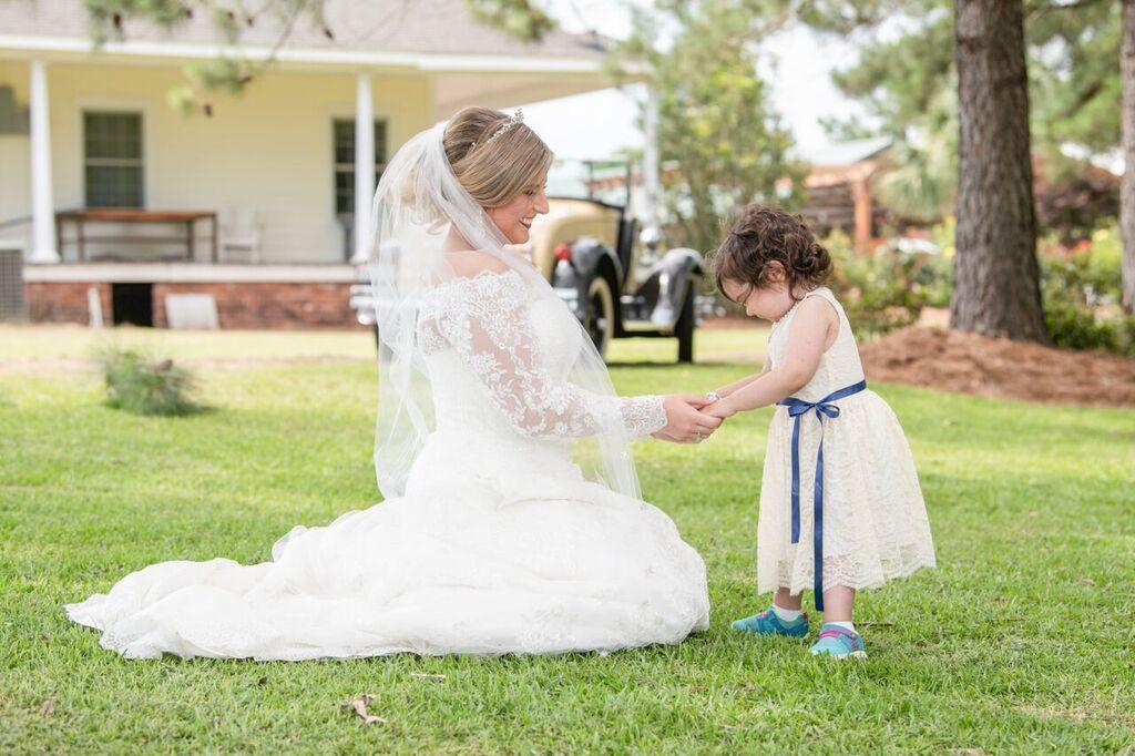3χρονο κ0ρίτσι νικάει τον καρκίνο και γίνεται παρανυφάκι στον γάμο της δότριας μυελού των οστών της