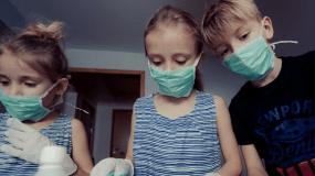 Μάσκα: Οδηγίες από την καθηγήτρια Παιδιατρικής Β. Παπαευαγγέλου για το πως θα τη φορούν τα παιδιά