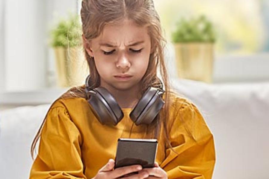 """""""Μπορεί να με λένε σπαστική αλλά δεν θέλω τα παιδιά μου να έχουν κινητό από το Δημοτικό!"""" Μια διαφορετική άποψη από μια μητέρα!"""