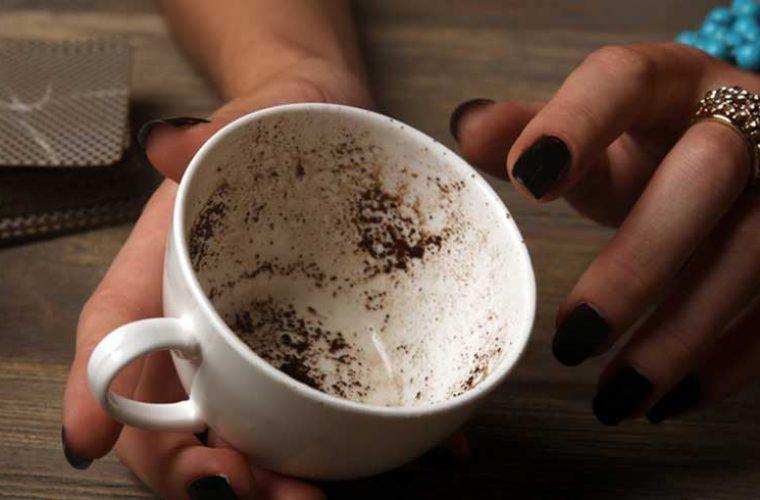 Ελληνίδα τραγουδίστρια εργάζεται σε καφέ που «λέει το φλιτζάνι»!