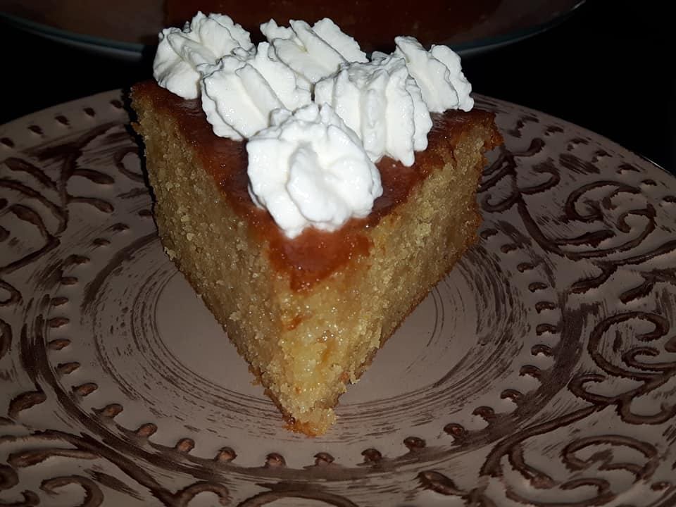 Πεντανόστιμο αφράτο & σιροπιαστό κέικ με σύκα