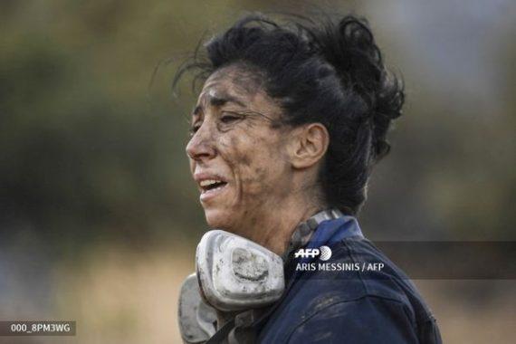 Υποκλινόμαστε στη γυναικά που βγήκε μπροστά για να σβήσει τη φωτιά στην Ανάβυσσο(Photos)
