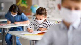 Άνοιγμα σχολείων: Πλέξιγκλας στα θρανία και θερμικές πύλες εισόδου σε σχολεία