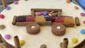 Παιδική τούρτα γενεθλίων με αυτοκίνητο φτιαγμένο από γλυκίσματα