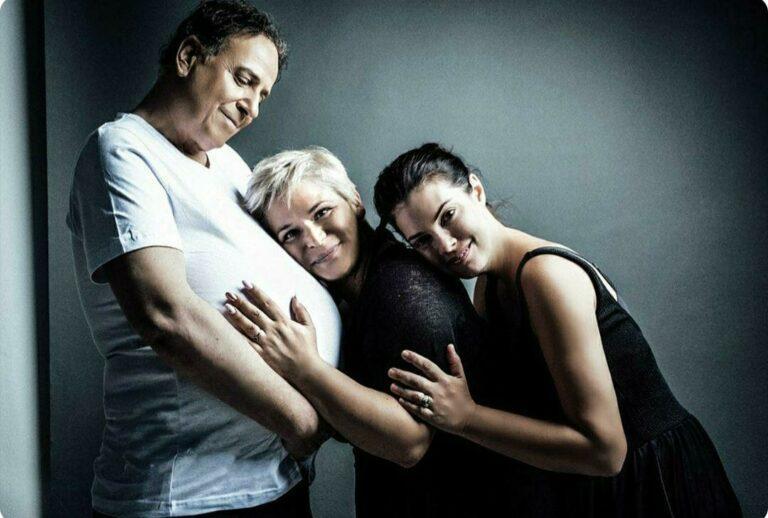 Ο Χάρης Ρώμας κάνει τη διαφορά και ποζάρει έγκυος