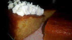 Συνταγή για αφράτο σιροπιαστό κέικ γιαουρτιού με σύκα
