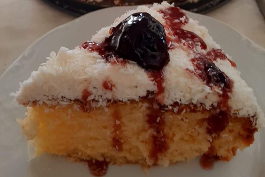 Υπέροχο κέικ ινδοκάρυδο με γλυκό του κουταλιού κεράσι από πάνω!