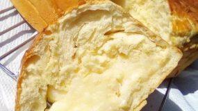 Αφράτο, γλυκό ψωμί γεμιστό με κρέμα
