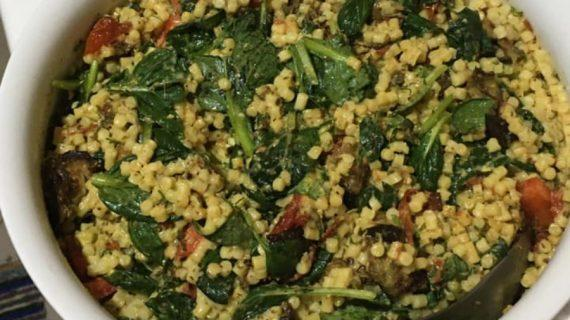 Νόστιμη & υγιεινή σαλάτα με κους κους & διάφορα λαχανικά