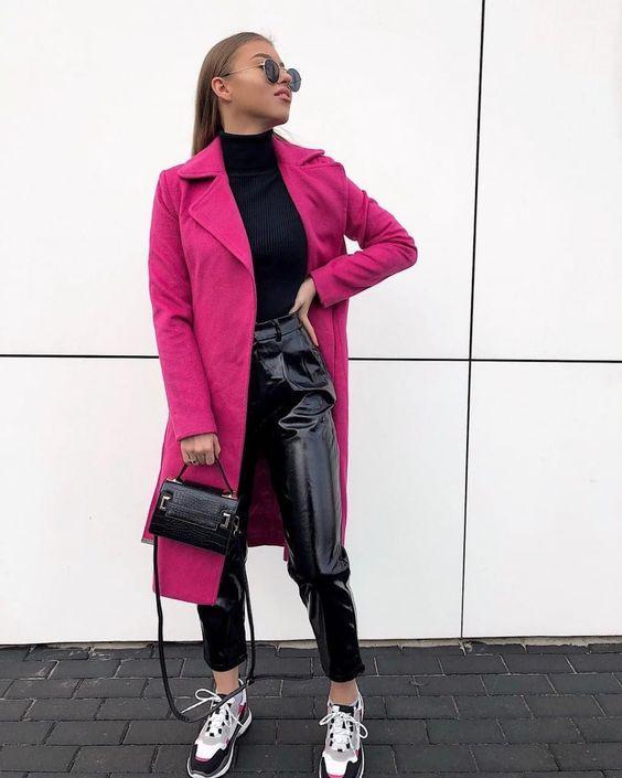 Vinyl παντελόνι μαύρο με πιέτες με φούξια παλτό και αθλητικά