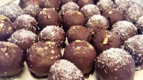 Σπιτικά σοκολατάκια γεμιστά με κέικ τριμμένο και ξηρούς καρπούς! Φανταστικά!