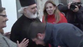 Ο Νίκος Χαρδαλιάς φίλησε το χέρι του παπά και έβγαλε την μάσκα( βίντεο)