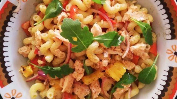 Κρύα σαλάτα ζυμαρικών με ψητές πιπεριές, φιλέτο σολομού & ρόκα!