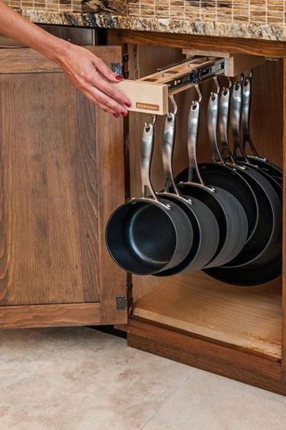 Κρεμάστρα τηγανιών μέσα σε ντουλάπι
