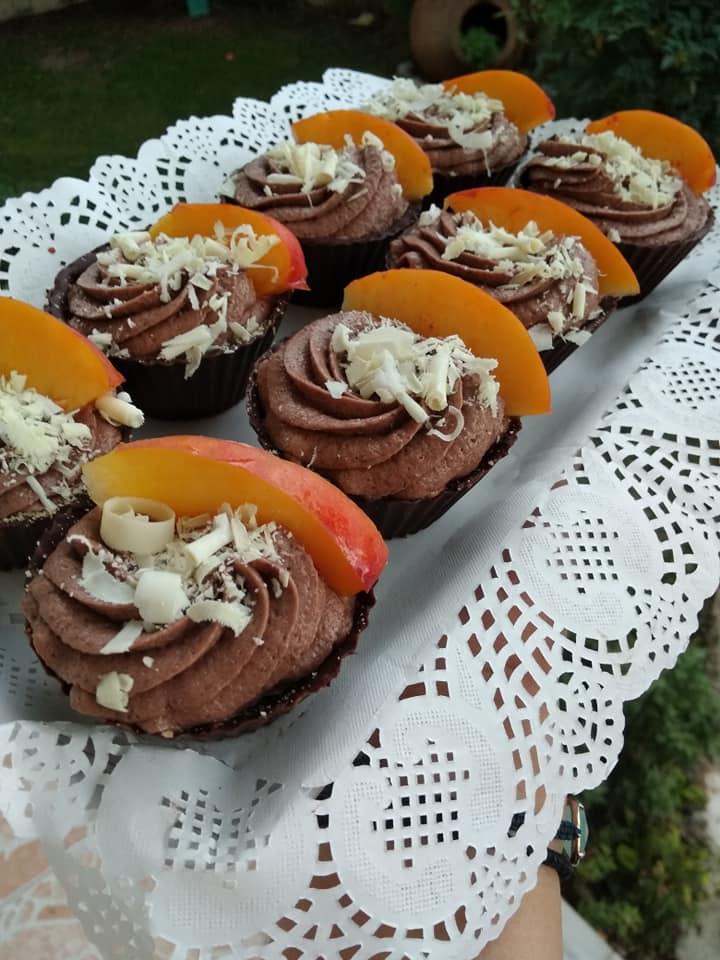 Ατομικά σοκολατένια ταρτάκια με πραλίνα και μπισκότα