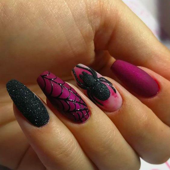 νύχια μοβ με μαύρο και σχέδιο