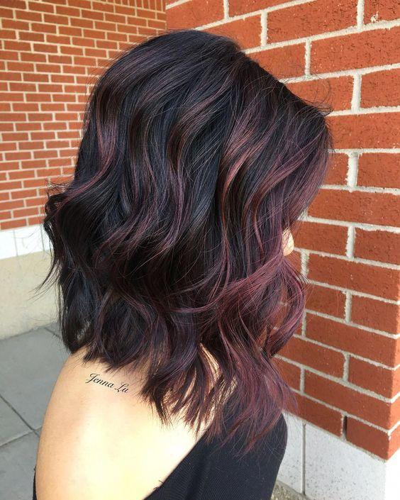 eggplant hair: μαύρα καρέ μαλλιά με μελιτζανί ανταύγειες