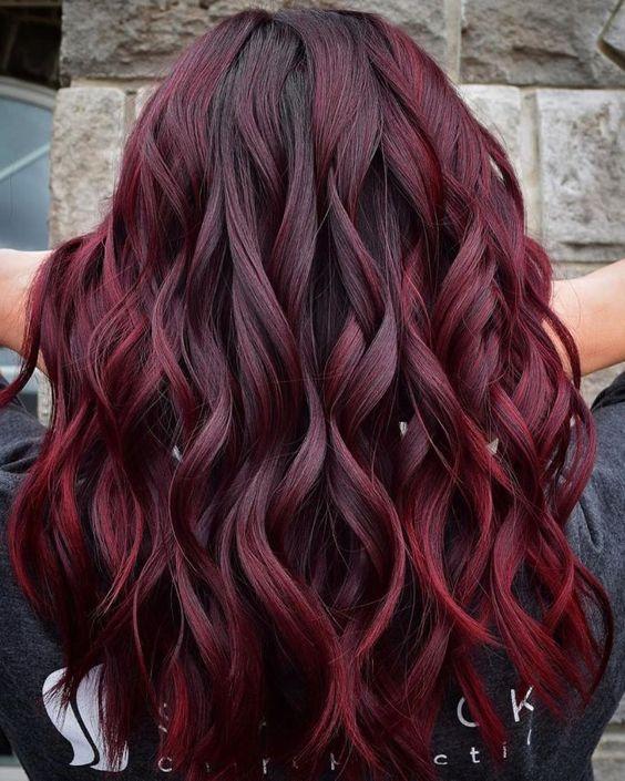 eggplant hair σε σγουρά μακριά μαλλιά
